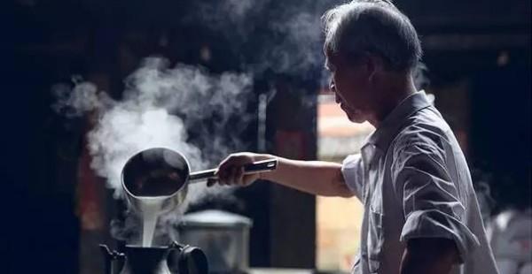 他曾是大学老师,如今安于一方小镇,用古法酿造米酒,修缮古宅,年入200万