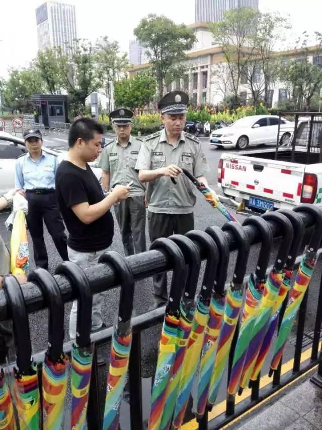 5万把共享雨伞遭遇城管执法;北京今起试点刷手机坐地铁;B站宣布7月起投稿实名制 | 早报