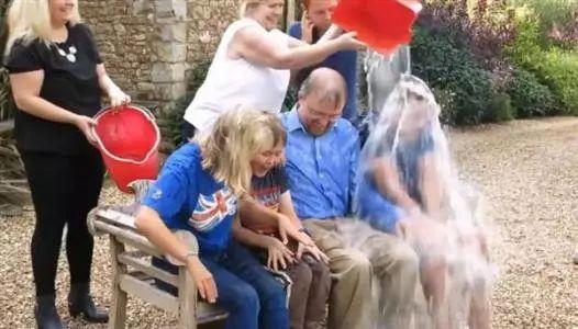 """2014年火遍全球的""""冰桶挑战"""",就是为了呼吁人们关注渐冻症人群。霍金接受了这个挑战,不过是由他的3名子女代其挨冰水浇。"""