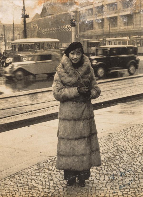 1935年,胡蝶应柏林记者之邀,在当地街道上留影。(潘氏家族供图)