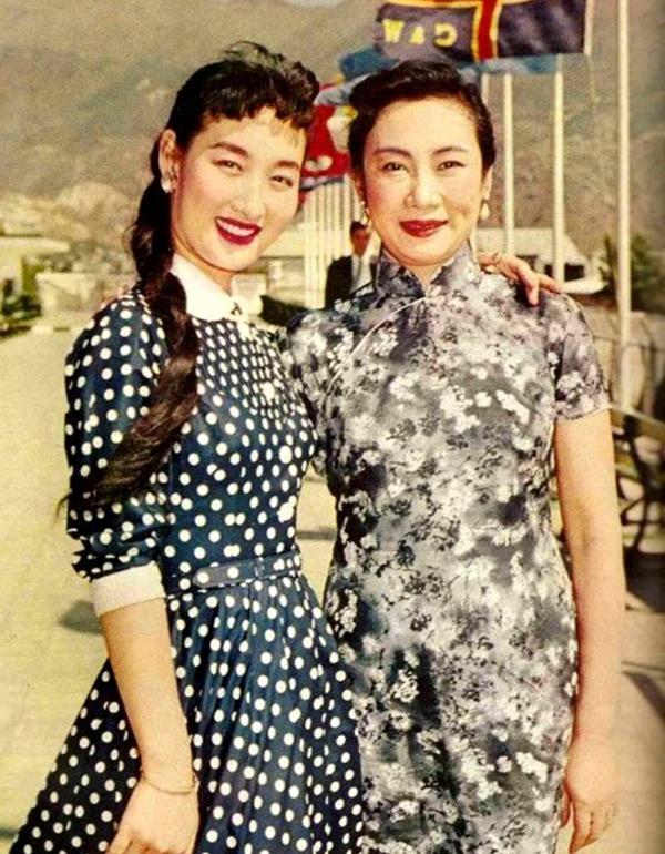 1960年,胡蝶(右)在导演李翰祥的电影《后门》中饰演徐太太。